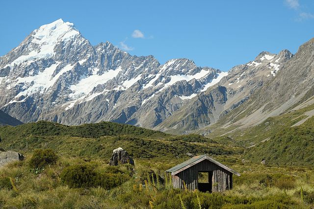Stocking_Stream_Shelter_in_Hooker_Valley_in_front_of_Aoraki_Mount_Cook_Range.